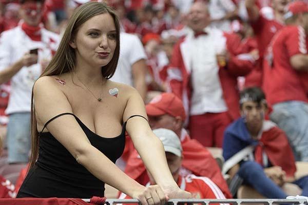 2018 Dünya Kupası'nda Danimarka ile Fransa karşı karşıya geldi. Tribünlerde renkli görüntüler oluşurken Danimarkalı güzel özellikle sosyla medyada büyük ilgi gördü.
