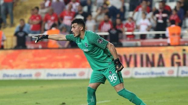 Trabzonspor'un 23 yaşındaki kalecisi Uğurcan Çakır, Liverpool'un dikkatini çekti. (Akşam)