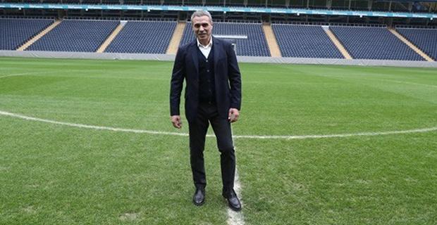 Fenerbahçe, Ersun Yanal ile 1,5 yıllık anlaşma imzaladıklarını açıkladı. Sarı lacivertli taraftarların gelmesini merakla beklediği tecrübeli hocanın açıklanmasının ardından ise sosyal medya adeta sallandı.   İŞTE ERSUN YANAL İLE İLGİLİ ATILAN TWEETLER...