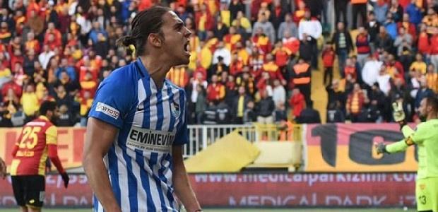 Galatasaray'ın resmi teklif yaptığı genç orta saha oyuncusu için Beşiktaş ve Trabzonspor da devreye girdi... Erzurum'un Taylan için 2 milyon Euro istediği ifade edildi. (Takvim)