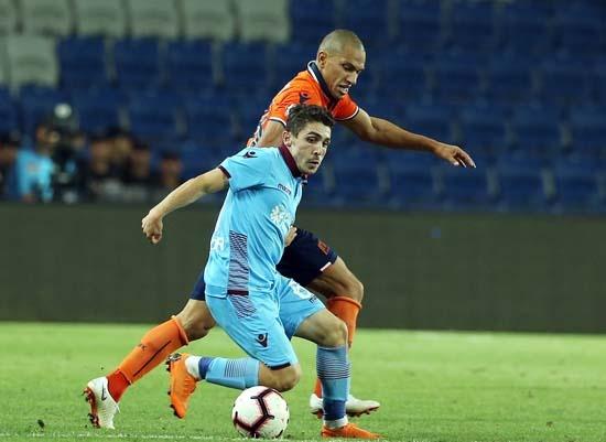 Portekiz ekibi Benfica, Trabzonspor'un genç yıldızı Abdülkadir Ömür'ün peşini bırakmıyor.