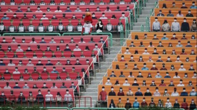 Güney Kore'de start alan lig benzeri görülmeyen görüntülere sahne oldu.  Seyircisiz oynanan karşılaşmalarda stadyum boş görünmesin diye tribünlere üzerinde taraftar fotoğrafları olan pankartlar gerildi.  (Skorer)