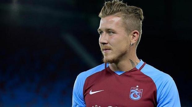 """Menajeri açıkladı! Kucka ayrılacak mı? Trabzonspor'da takımda kalıp kalmayacağı merak edilen futbolculardan biri olan Juraj Kucka için menajerinden açıklama geldi.  Trabzonspor'da mali açıdan sıkıntılı bir süreç yaşanırken, bir yandan da transferle ilgili gelişmeler yaşanıyor. Milan'a olan borcunu ödeyerek transfer yasağını kaldıran bordo mavili kulüpte, Juraj Kucka'nın geleceği de merak ediliyor.  Trabzonspor'dan ayrılacak mı? Tecrübeli futbolcunun transferiyle ilgili açıklamalarda bulunan menajeri Karol Csonto, Trabzonspor'un Juraj Kucka'nın ayrılığına izin vermediğini belirterek şunları söyledi:  """"Kucka'nın geleceği hakkında karar vereceğiz. Doğru zaman geldiğinde bunu açıklayacağız. Fakat şu andaki en büyük sorun, Trabzonspor'un Kucka'nın ayrılmasına izin vermemesi.""""  Juraj Kucka kimdir? Futbola ülkesinde Podbrezova takımında başlayan Juraj Kucka, 2009 yılında Sparta Prag'a oradan da Genoa'ya transfer oldu. İtalyan takımında gösterdiği performansla Milan'ın dikkatini çeken Juraj Kucka, 2017 yılında da 5 milyon euro bonservis bedeli karşılığında Trabzonspor'a transfer oldu. Juraj Kucka, bordo mavili takımda bu sezon 8 lig maçında forma giydi ve 1 asist yaptı.  (Futbol Arena)"""