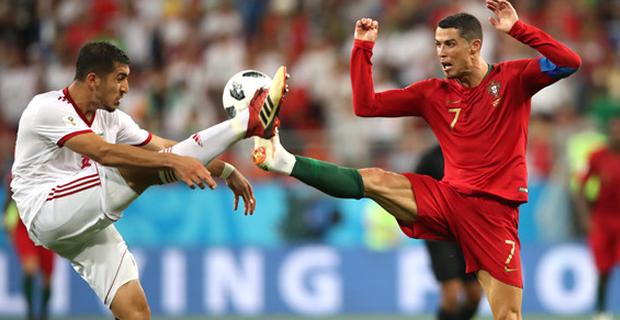 """Ronaldo'yu bitirdi! Trabzonspor'a geliyor Bordo-Mavililer'in transferini duyurduğu stoper Majid Hosseini, Dünya Kupası'ndaki performansıyla ses getirmişti. 22 yaşındaki stoper, İran formasıyla Portekizli Cristiano Ronaldo'ya maç boyunca zor anlar yaşatmasıyla hafızalara kazınmıştı...   Yeni sezon öncesinde savunma hattını güçlendirmek için yoğun mesai harcayan Trabzonspor, İran Ligi ekiplerinden İstiklal'in başarılı oyuncusu Majid Hosseini'yi hedefleri arasına almıştı. 22 yaşındaki futbolcu için uzun süredir girişimlerini sürdüren Fırtına, önceki akşam kulübün resmi internet sitesinden bir açıklama yayınlayarak transferi duyurmuştu.  Transferi, """"Profesyonel futbolcu Seyedmajid Hosseini'nin İstiklal FC ile olan sözleşmesinde yer alan buy-out maddesinin kulübümüz tarafından kullanıldığı, resmi olarak Esteghlal FC'ye bildirilmiş olup, futbolcu ile de sözleşme yapılması konusunda görüşmelere başlanmıştır. Kamuoyunun bilgisine duyurulur"""" sözleriyle açıklayan Bordo- Mavililer'in, başarılı futbolcuyu bu hafta içerisinde Trabzon'a getirmesi bekleniyor.  Başarıyla mücadele etti İran Futbolu'nun son yıllardaki en başarılı isimleri arasında yer alan Majid Hosseini, ülkesinin en büyük kulüplerinden biri olan İstiklal'de son 2 sezonda başarıyla mücadele etmişti. Son olarak geçen sezon 22 karşılaşmada görev yapan genç futbolcu, Rusya'da düzenlenen Dünya Kupası'nda da sergilediği başarılı performansla göz doldurmuştu. Dev turnuvada 2 grup karşılaşmasında görev yapan Hosseini, Portekiz mücadelesindeki etkili performansıyla dikkat çekmişti. Maç boyunca Portekiz'in dünyaca ünlü yıldızı Cristiano Ronaldo'yla sık sık karşı karşıya gelen Hosseini, rakibine zor anlar yaşatarak alkış toplamıştı.  İtiraz geldi ama... Trabzonspor'un Hosseini transferini açıklamasanın ardından oyuncunun eski kulübü İstiklal'den karşı atak geldi. Başarılı savunmacının sözleşmesindeki buy-out maddesinin kullanılarak transferin bitirilmesine tepki gösteren İran temsilcisi, konuyu FIFA'ya taşıyabileceğini duyurd"""